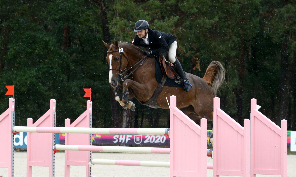 La talentueuse jument Douna de Besquelen et le cavalier Pro Gwenole Le Guen en finales des 7 ans Fontainebleau